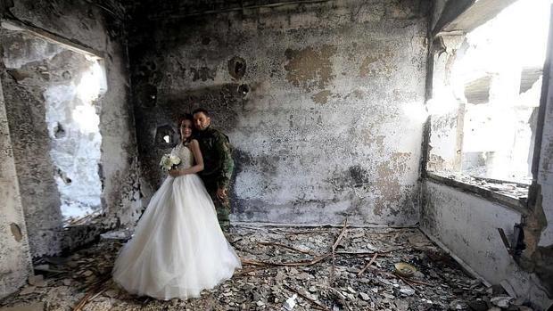 Las espectaculares imágenes de una pareja de recién casados en medio de la destrucción de Siria